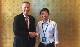 与新南威尔士州副州长合影