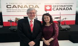 与加拿大大使合影