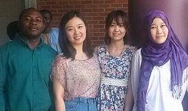与韩国留学生合影