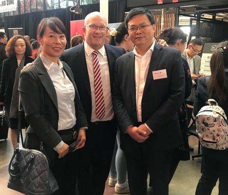 澳星总裁Edward先生与南澳贸易部长(中)在南澳贸易展
